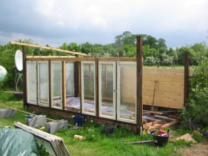 Dien Holzfenster passen bestens ins Gewächshaus-Konstrukt
