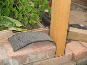 Schutz des Holzes durch angebrachten Streifen Dachpappe