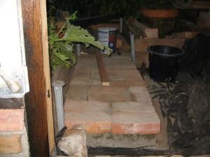 alte Ziegelsteine als Weg im Gewächshaus